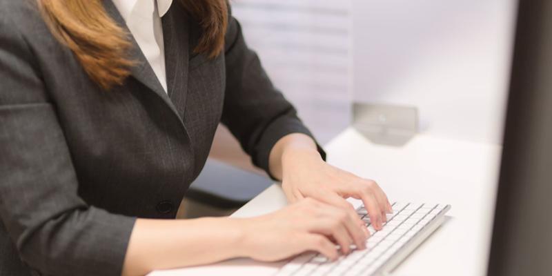 パソコンで検索をする女性