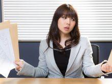 履歴書をチェックする女性社員