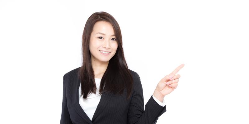 指をさすスーツの女性