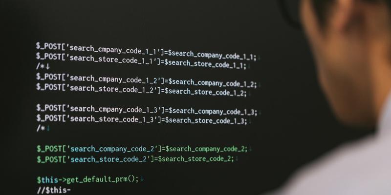 コードを書くプログラマー