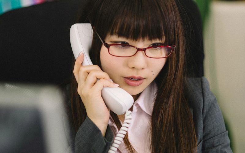 電話対応をする会社員女性