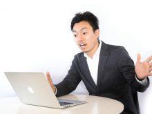 パソコンで求人情報を検索する男性