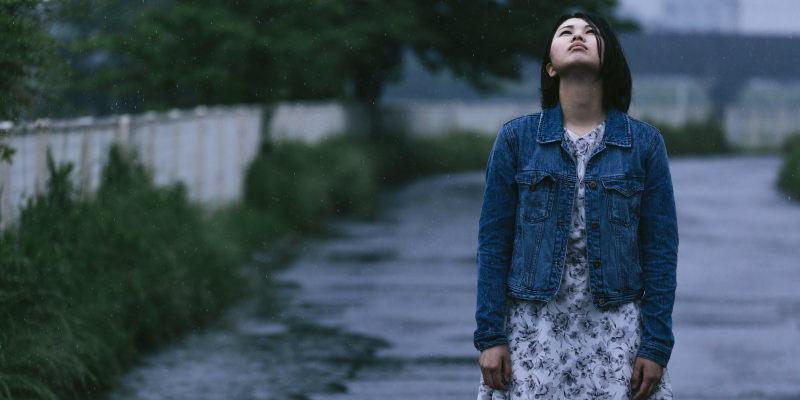 悲しくて空を見上げる女性