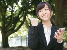 就活の流れをチェックする女性